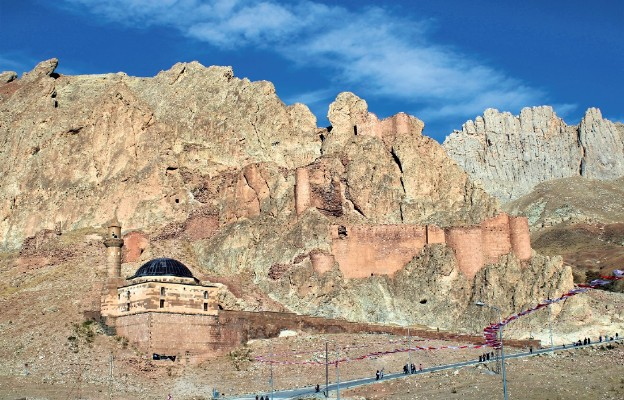 W oddali widać meczet z czasu rządów Selima I i ruiny fortecy