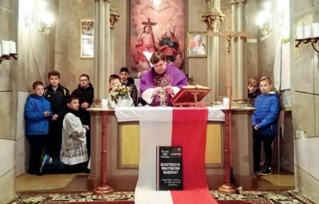 W kamiennym kościele trepczańskim dzieci modlą się za bohaterów pochodzących z ich miejscowości