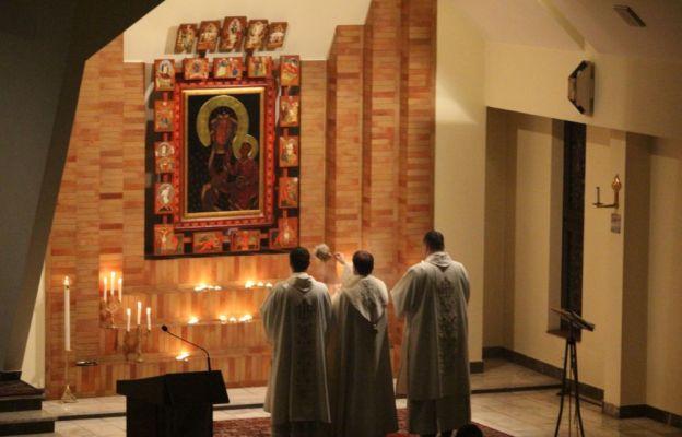 Klerycy zaśpiewają Akatyst