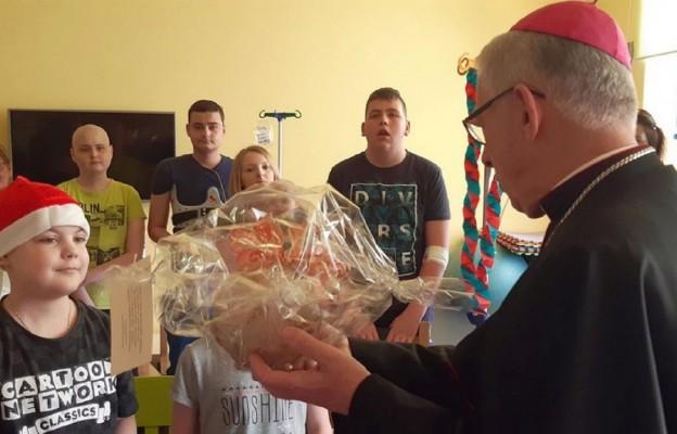 Abp Wiktor Skworc z wizytą u dzieci