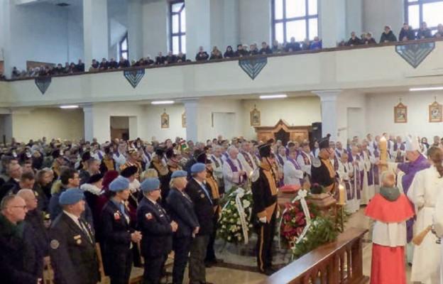 We Mszy św. pogrzebowej uczestniczyli liczni wierni