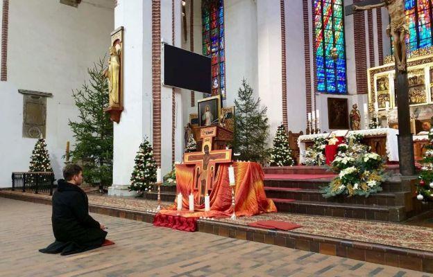 Ks. Daniel Solarz podczas modlitwy przy ikonie Krzyża Taizé.