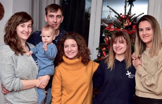 Joanna i Kamil Borysławscy z córką Helenką oraz Mirna, Rebecca i Ana z Chorwacji