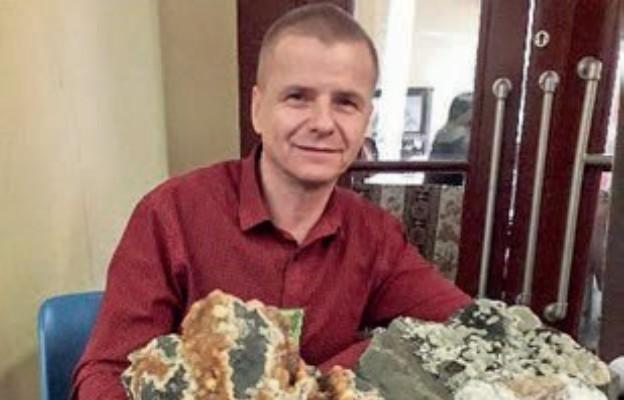 Piotr Lejczak prezentuje imponujący okaz kalcytu z Grabiszyc