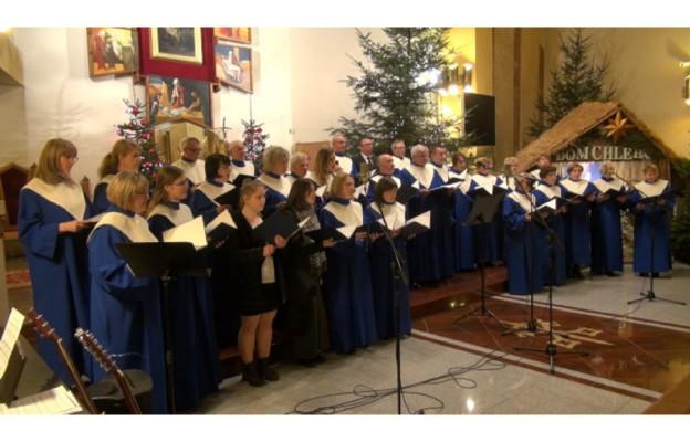 Chór Cantate Deo podczas koncertu kolęd w kościele pw. św. Apostołów Piotra i Pawła w Częstochowie
