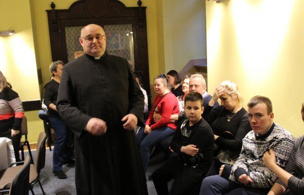 Duszpasterz niepełnosprawnych ks. Marek Mielczarek podczas spotkania kolędowego.