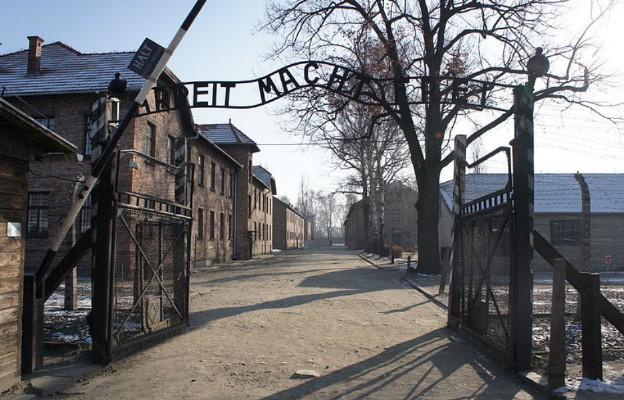 Brama wjazdowa do obozu Auschwitz-Birkenau
