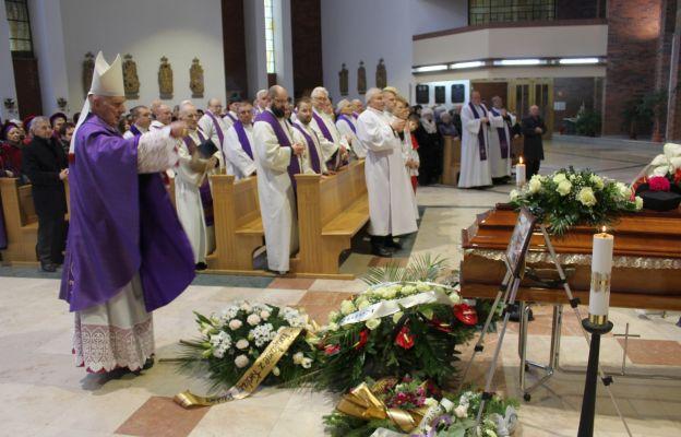 Bp Ignacy Dec okadza trumnę z ciałem zmarłego kapłana