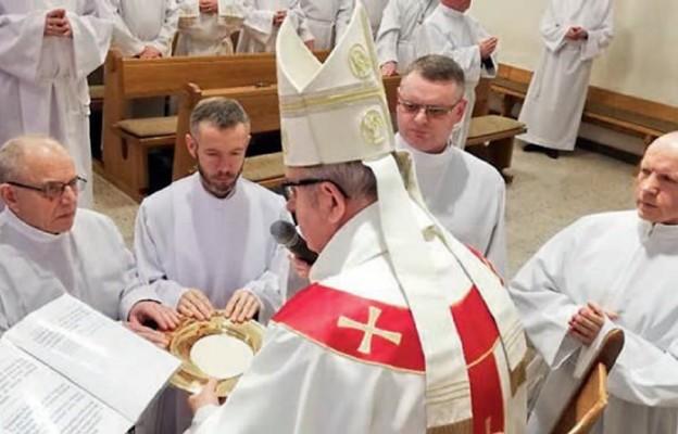 Przyjęcie posługi nadzwyczajnego szafarza Komunii św. z rąk bp. Jana Piotrowskiego