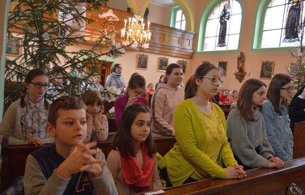 Dzieci podczas Mszy św.