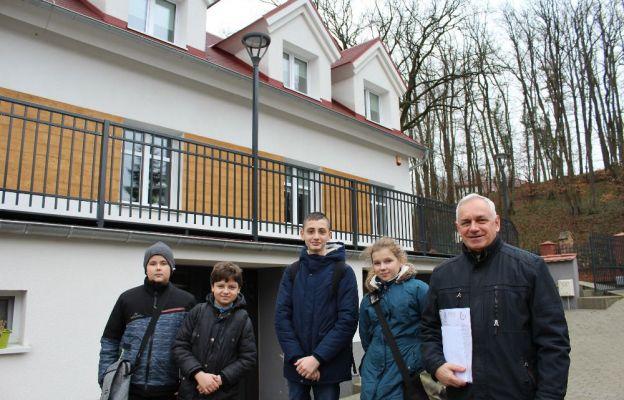 Dawid, Radek, Marcel i Lena z ks. Romanem przyjechali z Trzebiela