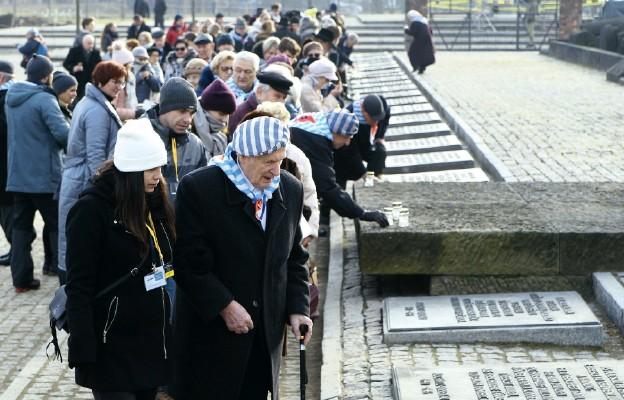 Byli więźniowie KL Auschwitz--Birkenau zapalili znicze przy pomniku ofiar