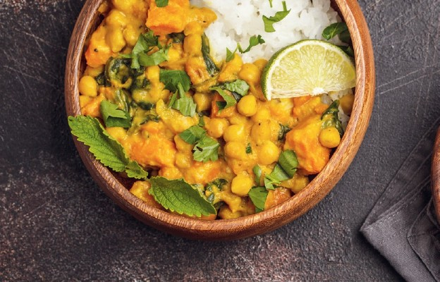 Curry z batatami, ciecierzycą i szpinakiem