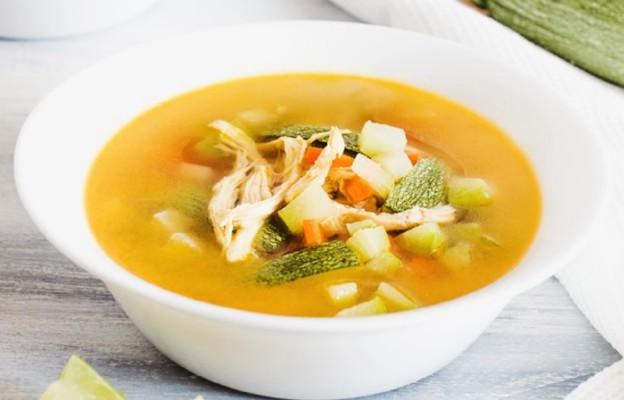 Zupa jarska z cukinią i soczewicą