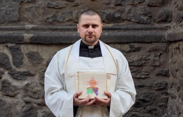 Ks. Marcin Januszkiewicz w drodze z sakramentami do chorego