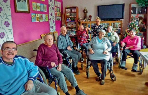 Mieszkańcy ośrodka ze swoją terapeutką panią Dorotą