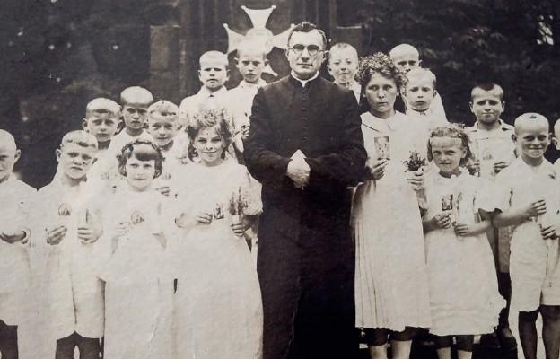 Ks. Józef Horodeński z dziećmi komunijnymi w Kobryniu, 1946 r.