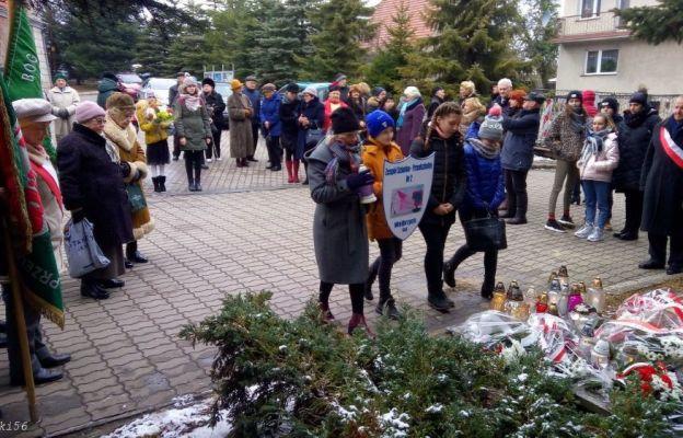 Kwiaty przed pomnikiem składają dzieci ze szkół podstawowych