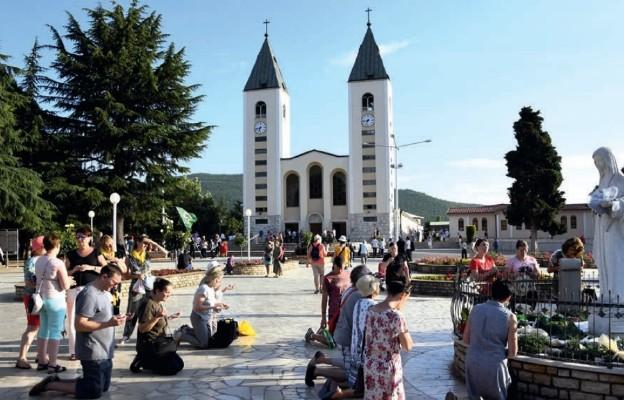 Plac przed kościołem w Medjugorie. Modlitwa przed figurą Matki Bożej Królowej Pokoju