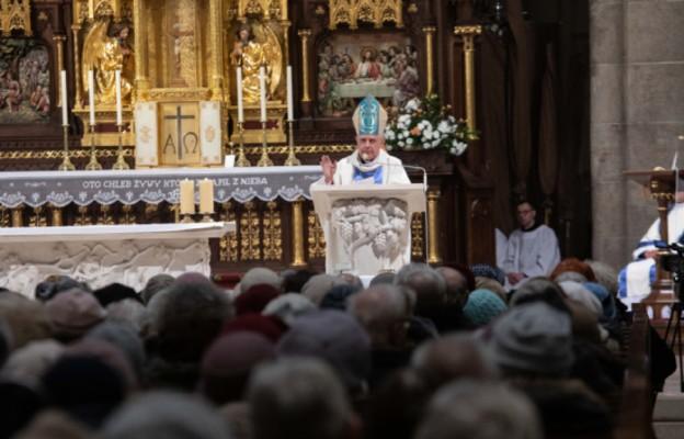 bp Ireneusz Pękalski z wiernymi