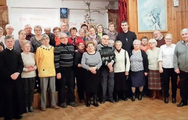 Ks. Jan Radoń z uczestnikami spotkania