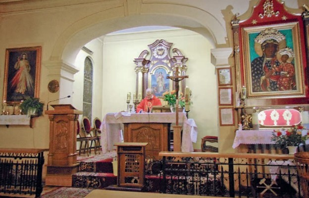 Ks. Stanisław Sarowski sprawuje Liturgię w kościele