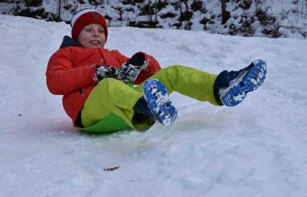 Zabawy na śniegu dzieci ze Szczawna Zdroju