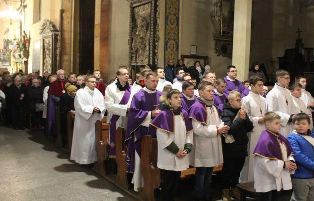 Służba Liturgiczna podczas Mszy św. w Środę Popielcową w Katedrze