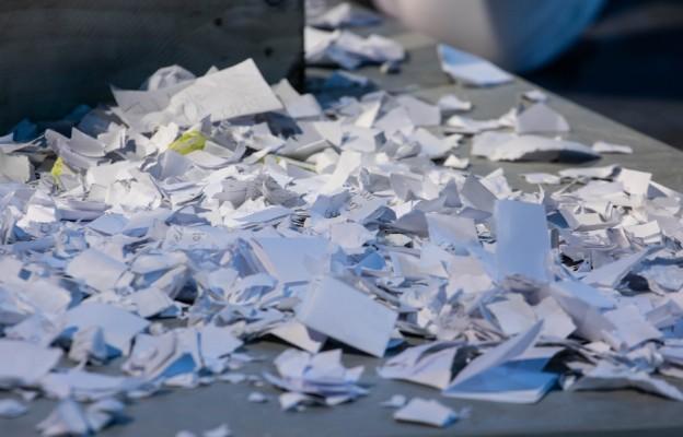 Arena Młodych 2020 - zniszczone kartki z kłopotami