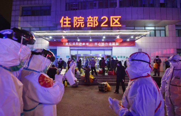 Pracownicy medyczni p[rzed szpitalem w Wuhan.