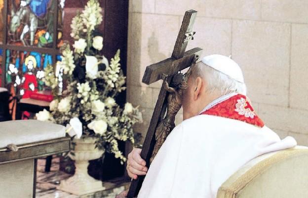Wielki piątek 2005 r. w prywatnej kaplicy Jana Pawła II był niezwykłym, symbolicznym podsumowaniem jego życia