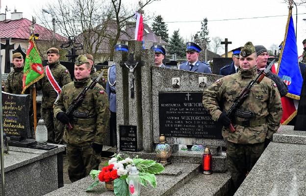Warta honorowa przed symboliczną mogiłą w Sandomierzu