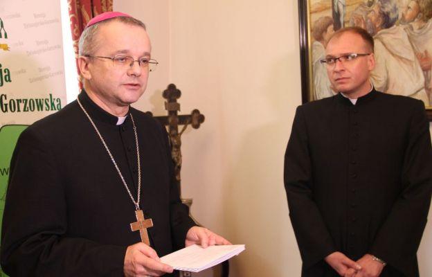 Biskup przekazał wsparcie finansowe na ręce diecezjalnego duszpasterza służby zdrowia i chorych ks. Tomasza Duszczaka