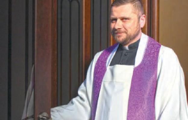Ks. Marcin Januszkiewicz posługujący w katedralnym konfesjonale dyżurnym
