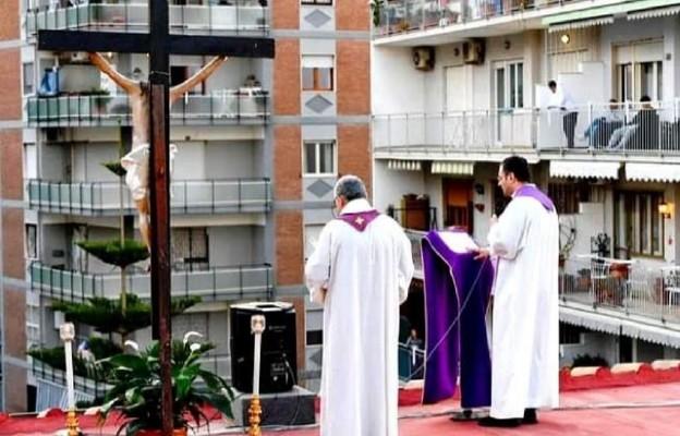 Włochy: ksiądz odprawia Msze na dachu kościoła w Neapolu