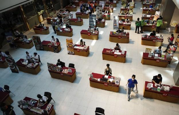 Chiny: Fabryki wznawiają pracę, ale pandemia koronawirusa obniża popyt