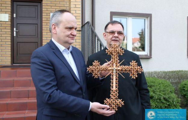 Biskup przekazał szpitalowi zakaźnemu poświęcone krzyże
