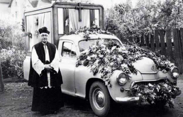 Samochód-kaplica, którym podróżowała Matka Boża w Obrazie Nawiedzenia. Człuchów, 29 października 1961 r.