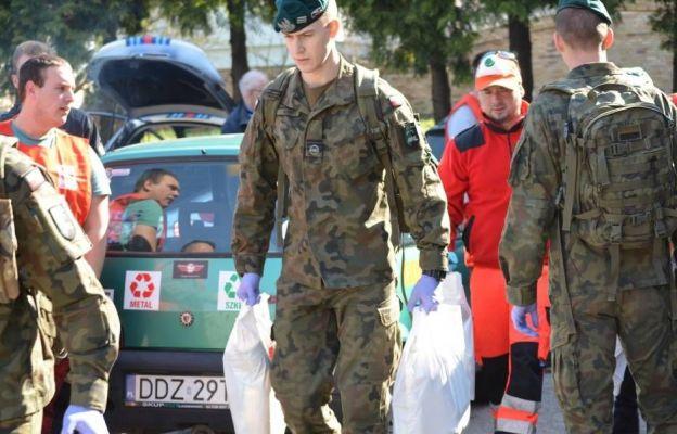 W rozwiezieniu paczek pomogło ponad dwudziestu wolontariuszy wśród nich byli także  żołnierze