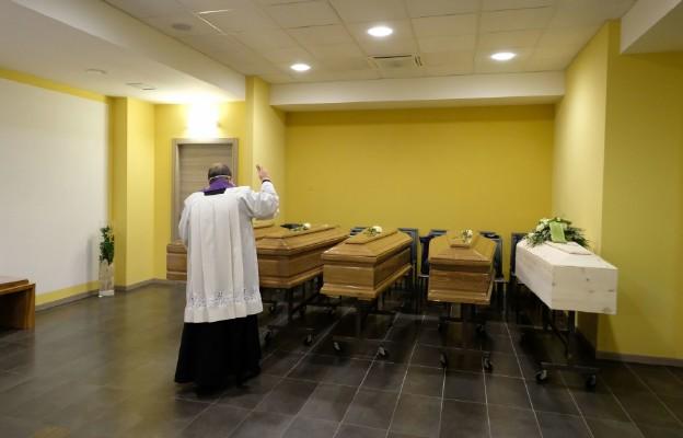 Włochy: Zmarły 604 osoby z koronawirusem, łączna liczba zgonów to ponad 17 tys.