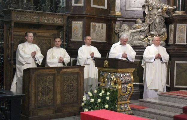 Duchowieństwo diecezji świdnickiej w Wielki Czwartek w katedrze świdnickiej