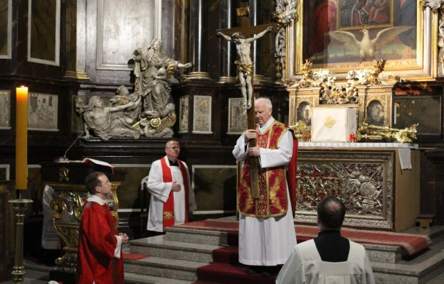 Bp Ignacy Dec podczas adoracji krzyża w Wielki Piątek w katedrze świdnickiej