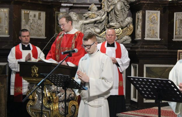 Klerycy świdnickiego seminarium podczas śpiewu Męki Pańskiej