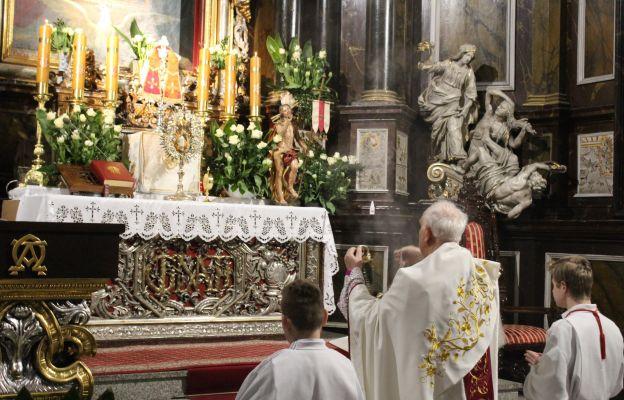 bp Ignacy Dec okadza Najświętszy Sakrament - Wielkanoc 2020