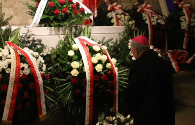 Abp Jędraszewski modlił się w 10. rocznicę pogrzebu pary prezydenckiej na Wawelu