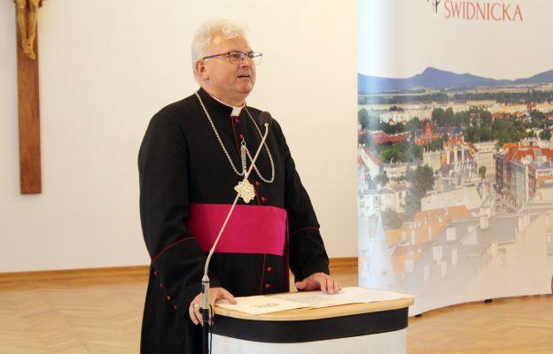 ks. prał. Stanisław Chomiak wita nowego Biskupa Świdnickiego