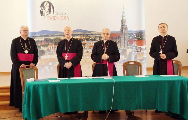 Uroczystość kanonicznego objęcia diecezji świdnickiej przez bp. Marka Mendyka