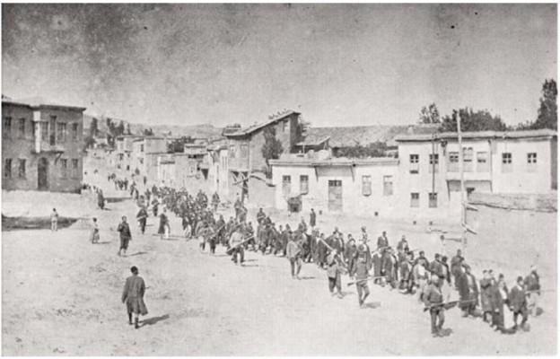 Ormiańscy cywile eskortowani przez tureckich żołnierzy maszerujący do więzienia w dzisiejszym Elazığ (1915)