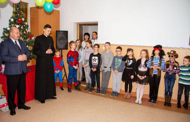 Ks. Piotr Sipiorski podczas spotkania z dziećmi (zdjęcie archiwalne)
