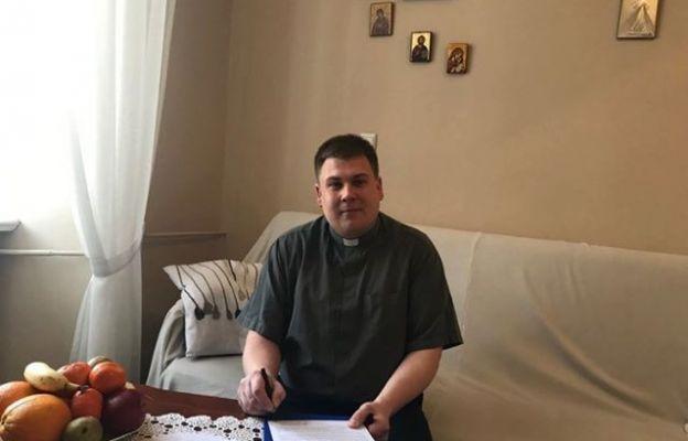 Na zdjęciu ks. Kamil Obała